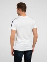 Bild von T-Shirt mit Streifen am Ärmel
