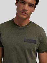 Image sur T-shirt délavé avec logo
