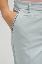 Bild von Chinohose mit Nieten und Umschlag