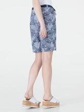 Bild von Chinoshorts mit Streifen und Blumen-Print