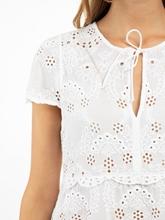 Bild von Blusenshirt aus Lochstickerei mit Schösschen