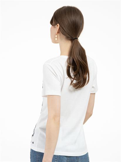 Image sur T-shirt imprimé et broderies