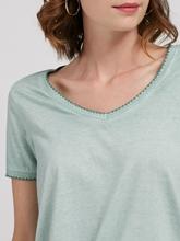 Bild von T-Shirt mit Knoten und Stickerei