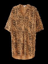 Bild von Kleid mit seitlichen Taschen im Leo-Print