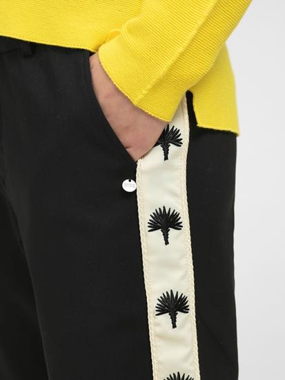 Bild von Chinohose mit Streifen und Stickerei auf der Seite