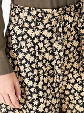 Bild von Hosenrock mit Blumen-Print und Bindegürtel