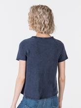 Bild von T-Shirt mit offenem Saum