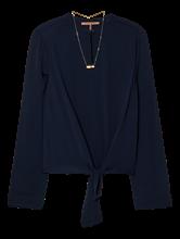 Bild von Blusenshirt mit Halskette und Knoten