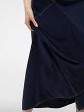 Image sur Robe ornée de coutures