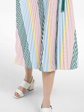 Bild von Kleid mit Streifen und Plissee