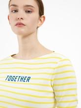 Bild von Shirt mit Streifen und Schriftzug