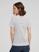 Image sur T-shirt à rayures et logo