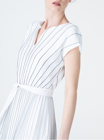 Bild von Kleid mit Plissee und Streifen