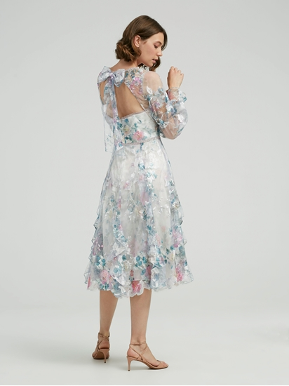 Bild von Kleid mit Volants und Stickerei
