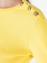 Bild von Pullover mit Knöpfen an der Schulter