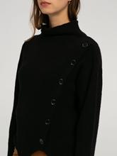 Bild von Pullover mit Rollkragen und Knopfleiste